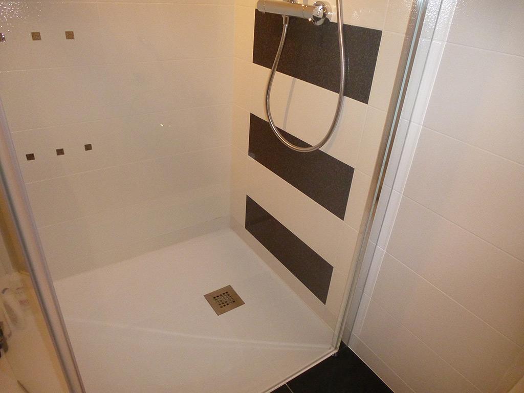 Jean marc sol installation salle de bains cl s en main for Baignoire faience bleue